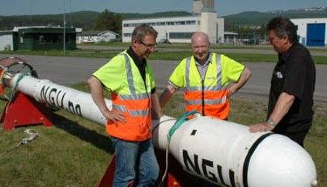 NGUs Rolf Lynum, Janusz Koziel og Jan Steinar Rønning ved målesonden som registrerer variasjoner i magnetfeltet og den elektriske ledningsevnen i berggrunnen. (Foto: Gudmund Løvø/NGU) Gudmund Løvø/NGU