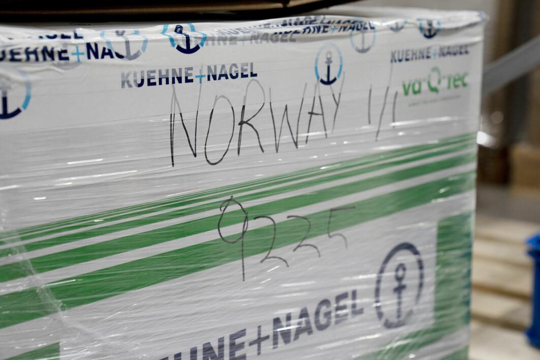 I den hvite boksen det står «Norway» på, kom Moderna-vaksinen til Norge i dag.