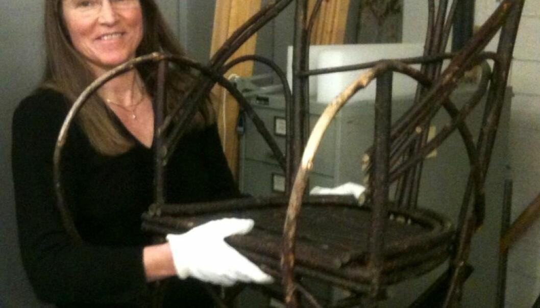 Anita Maurstad med sin favorittgjenstand på Tromsø museum. (Foto: Hanne Jakobsen)