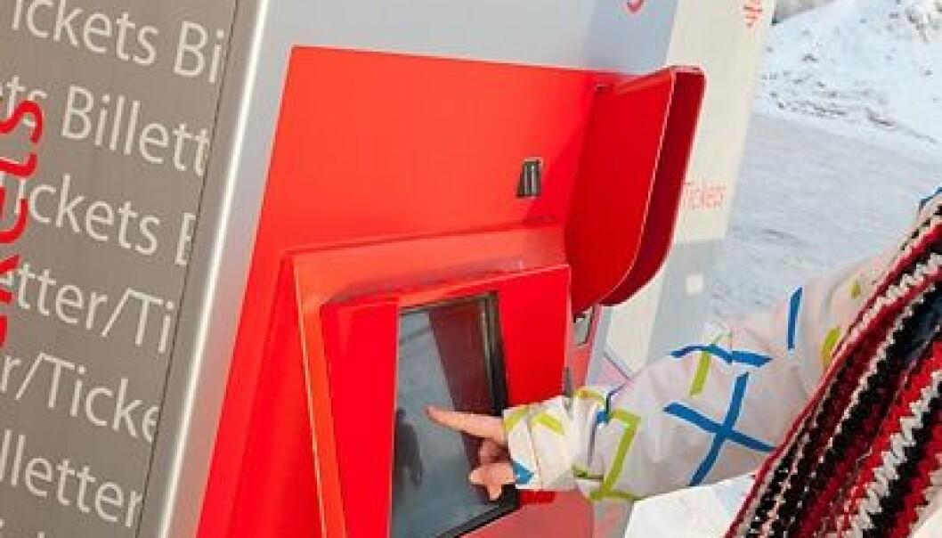 Kjersti Maageng Nordås fra Jessheim skjønner godt at billettautomaten til NSB er vanskelig å bruke for synshemmede. HiOA