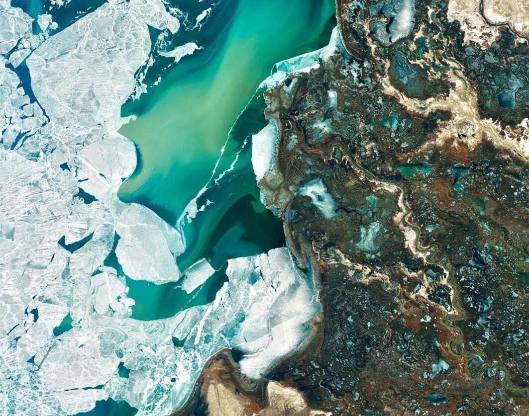 Kald kontrast i Kasakhstan: I mars holdt isen på Bajkalsjøen så smått på å bryte opp. Til høyre kan man se elven Ili sno seg gjennom landskapet. Elvemunningen høyere oppe i bildet er hjemsted for hundrevis av dyr og planter, også mange truede dyrearter, og ble fredet i 2012.