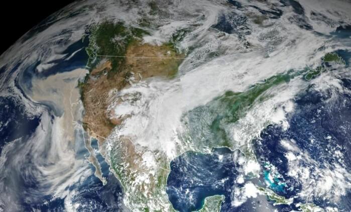 USA ble også rammet av voldsomme skogbranner i 2020. Her ser vi et teppe av røyk dekke nesten hele landets vestkyst. En uheldig blanding av varme, tørke og vind gjorde at skogbrannene spredte seg med en voldsom intensitet.