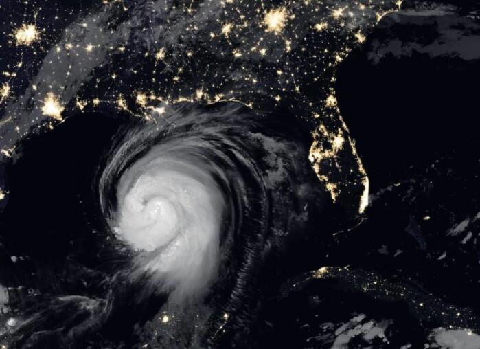 USA ble i august rammet av orkanen Laura, her over østkysten på et sammensatt bilde der infrarød data av orkanen er lagt over et vanlig satellittbilde. Laura var blant de ti sterkeste orkanene som har rammet fastlandet i USA. Den forårsaket store skader tross rask handling fra myndighetenes side.