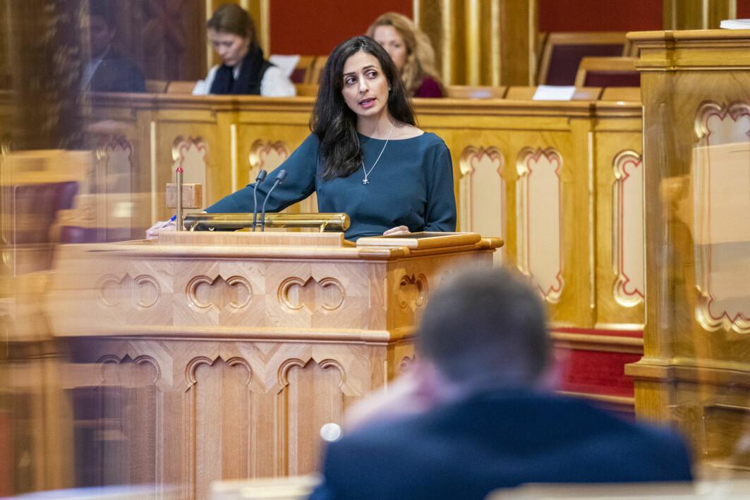 I de to Facebook-gruppene Katrine Fangen har fulgt, blir muslimske kvinner med politisk makt sett som representanter for «snik-islamisering». Det hjelper ikke om de i offentligheten står for sekulære verdier, som for eksempel nestleder i AP, Hadia Tajik.