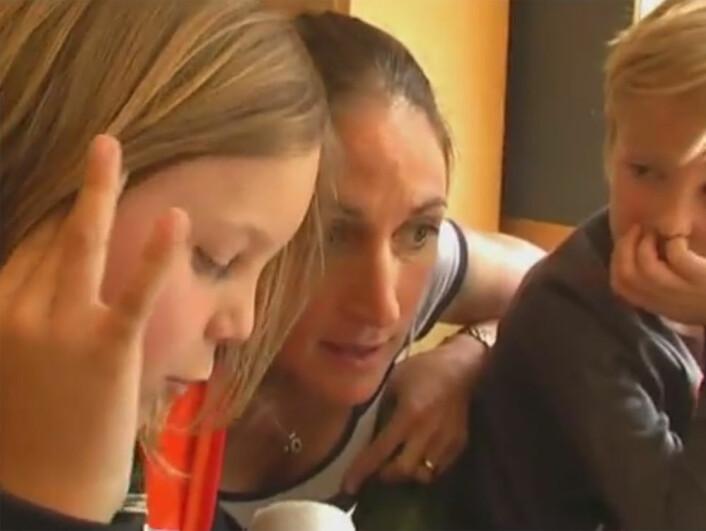 Lærer Wera Gentele med to elever fra en av skolene i Sollentuna utenfor Stockholm. (Foto: (Bilde: Fra video på YouTube av Arne Trageton))