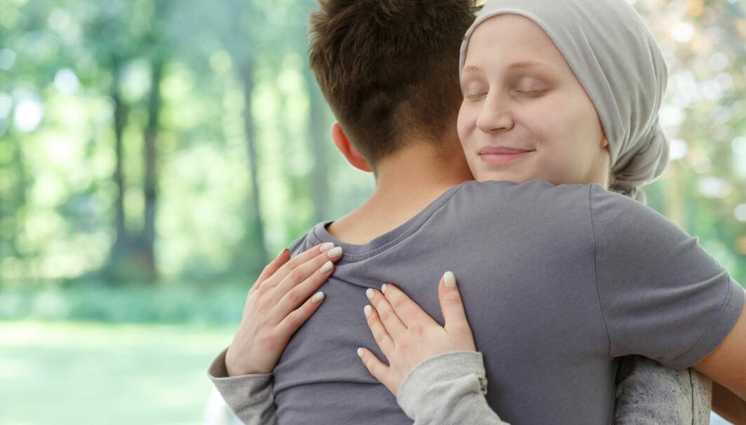 Bildet viser ung kvinne etter vellykket behandling mot hjernekreft.