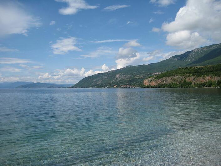To tredeler av Ohridsjøen ligger i Makedonia, resten i Albania. Tidligere har biologer fra de to landene forsket på hver sin side av innsjøen. Inntil nå. (Foto: Wikipedia)