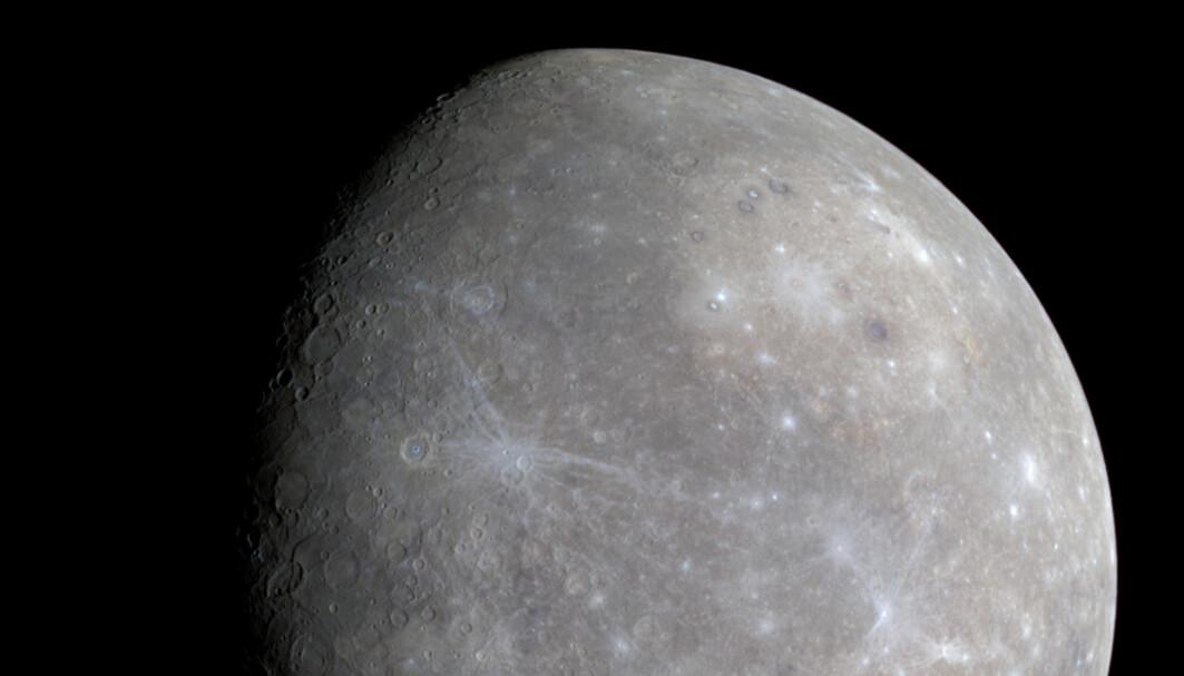 Merkurs golde overflate sett av MESSENGER-sonden, under den første turen forbi planeten i 2008. Sonden gikk senere inn i bane i 2011.
