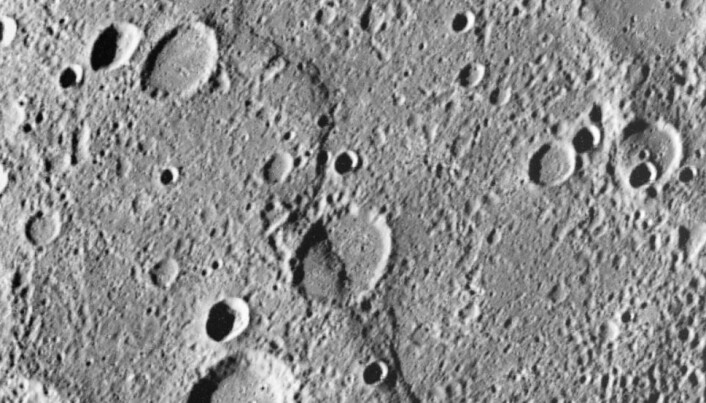 Et nærbilde av Merkurs overflate, som viser en forkastning i overflaten.