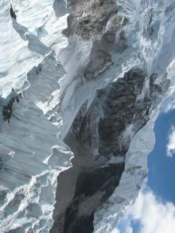 Ved å sende laserstråler fra en satellitt, ned på isen og opp igjen, kan man få målt hvor hvordan istykkelsen endrer seg. Men det er vanskelig å gjøre slike målinger i så kupperte områder som Himalaya. (Foto: Kimberly Casey)