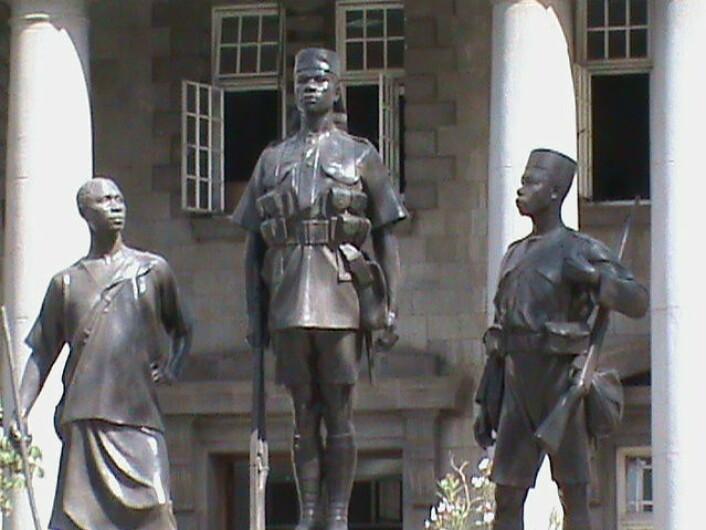 Mau Mau er frihetskjemperne som på 1950-tallet motsatte seg det britiske kolonistyret i Kenya. Angivelig ser Mungiki-bevegelsen opp til disse krigerne. (Foto: Wikimedia Commons)