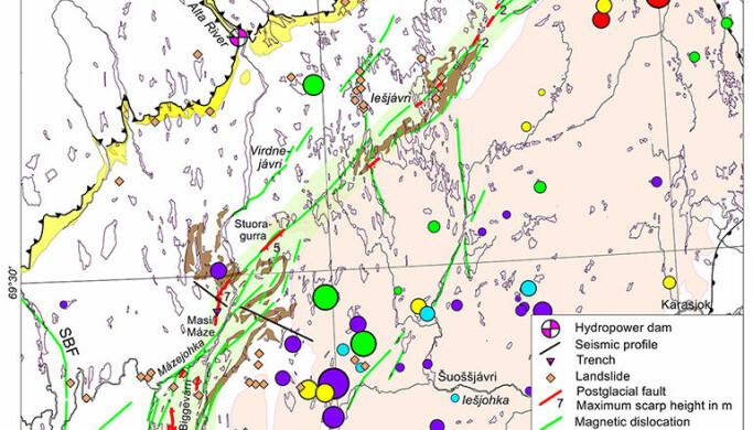 Kart over 30 forkastninger etter jordskjelv (røde linjer) langs det ni mil lange Stuoragurra-komplekset. Her er de delt i tre soner, Fitnajohka i sør, Máze (Masi) i midten og Iešjávri i nord.