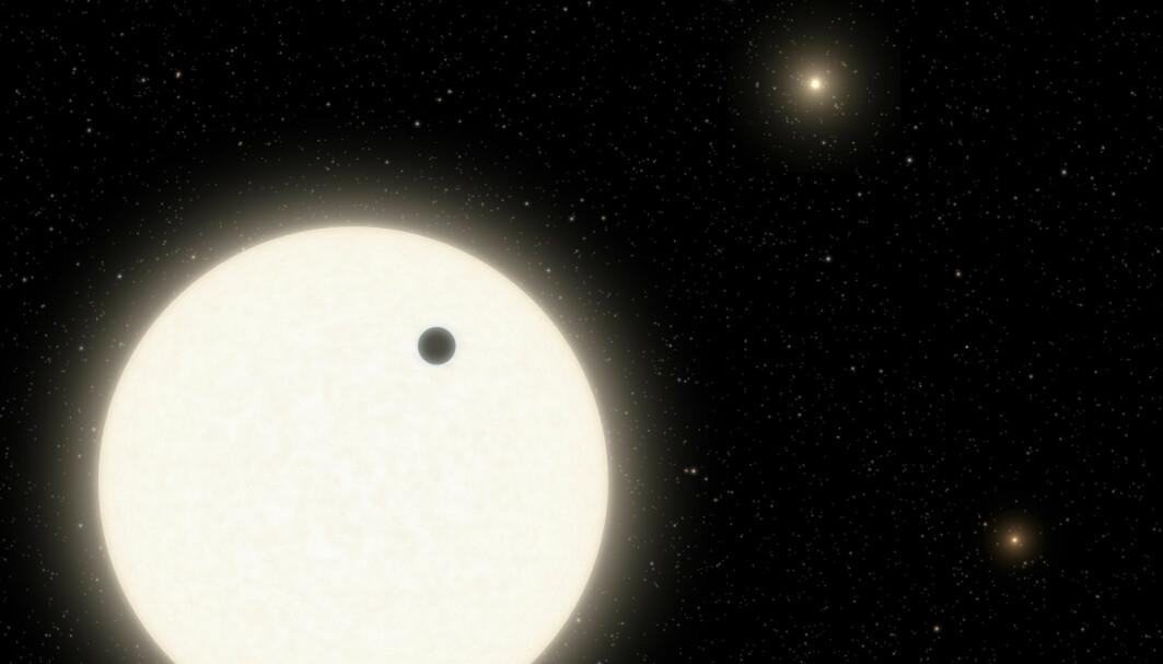 Slik har en kunstner illustrert det triple stjernesystemet. Planeten vises som en svart kule.