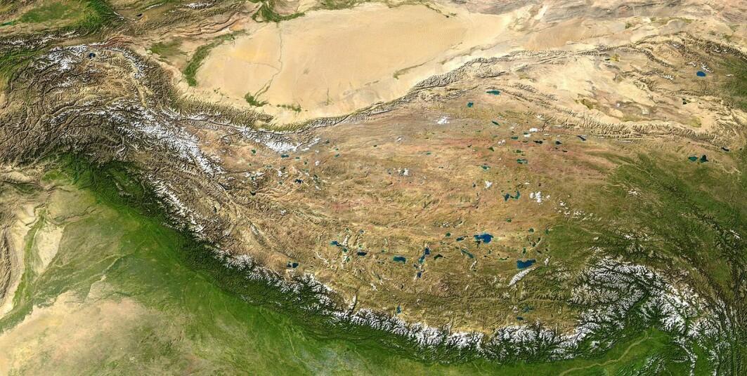 Det indiske kontinentet i sør støter med voldsom kraft sammen med det eurasiske kontinentet i nord. Sånn presses Mount Everest og resten av fjellene i Himalaya opp og danner en lang fjellkjede med topper på over 8000 meter. Men når fjell blir så høye, så «renner» de utover som varm sjokolade. Nord og øst for Himalaya ligger derfor det flate og høye Tibetplatået. Lengst nord på fotoet over ser du Taklamakanørkenen.