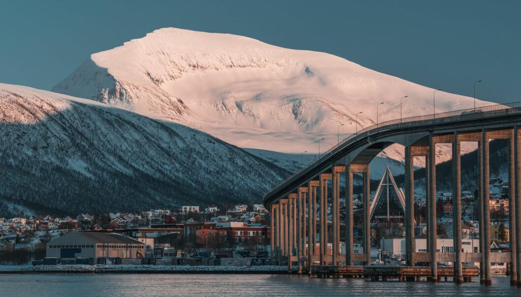 """Populære Tromsdalstind (1238 meter) rett utenfor Tromsø er et merkelig fjell. Tromdalstind inneholder nemlig så mye eklogitter at deler av fjellet en gang i tiden må ha befunnet seg minst 80 kilometer nede i bakken. Det er en distanse ned i bakken tilsvarende mer enn 70 Tromsdalstinder satt oppå hverandre. Eklogittene på Tromsdalstind er cirka 450 millioner år gamle og dermed fra <span class=""""italic"""" data-lab-italic_desktop=""""italic"""">før</span> den store kollisjonen som dannet Kaledonidene. Foregikk det en annen stor kollisjon i Nord-Norge da? Og hvordan har eklogittene klart å komme hele den lange veien fra dypet nesten nede i jordas mantel og opp til toppen av fjellet ved Tromsø?"""