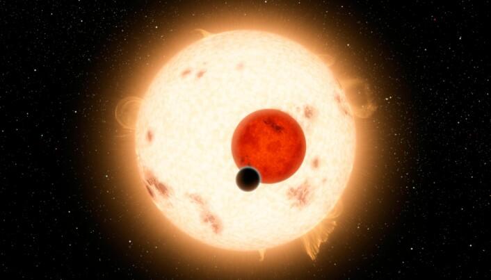 Kepler-16b (svart) går rundt to stjerner.