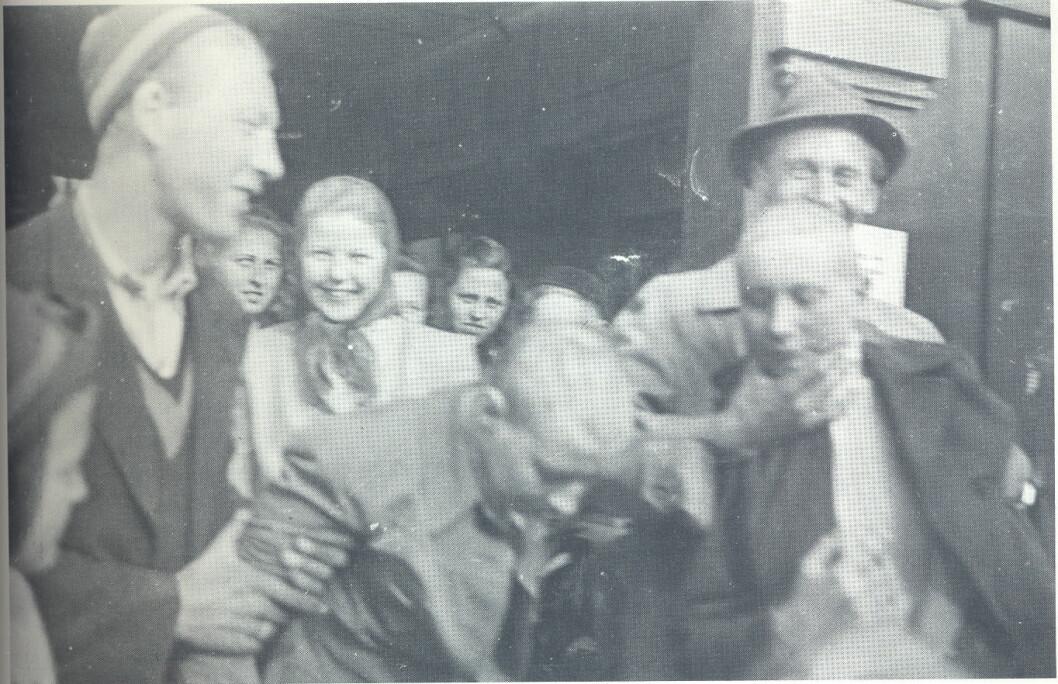 Tvangsklipp og hånflir. To unge kvinner får unngjelde for sine forhold til tyskere under krigen. (Opphav til foto ukjent)