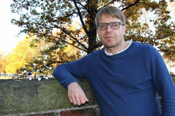 Professor Armin Wisthaler med et isopren-produserende eiketre i bakgrunnen. Til venstre en modell av isopren-molekylet.