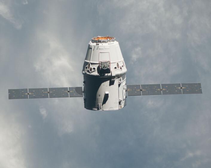 En Dragon-kapsel fra det private selskapet SpaceX på vei mot den internasjonale romstasjonen. Kanskje vil slike kapsler ta over arven etter de trofaste russiske Soyuz- og Progress-fartøyene. (Foto: NASA)