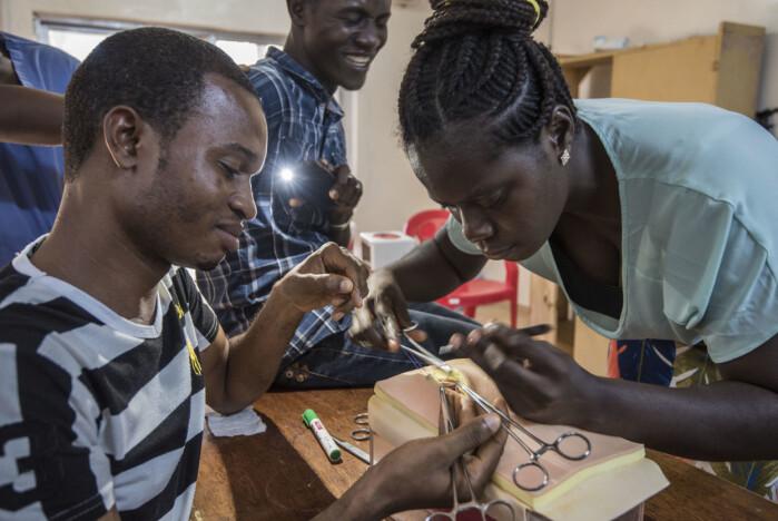 Studenter øver seg på operasjoner i Sierra Leone.