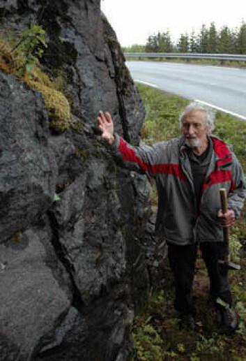 Einar Tveten overfører sin store kunnskap om berggrunnen i Vesterålen til sine yngre kolleger. (Foto: Gudmund Løvø/NGU)