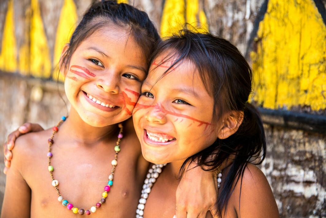 To jenter hos en indianerstamme i Brasil.
