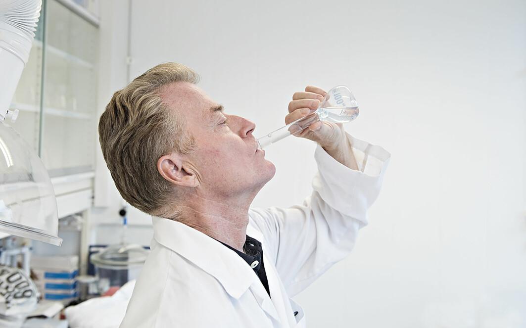 Seniorforsker John-Erik Haugen smaker og konstaterer at makrelloljen oppfyller kravene til nøytral smak. Også Nofimas sensoriske dommerpanel har testet oljen og bekrefter at den er helt lukt- og smaksfri