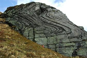 Mange steder i Norge er bergarter blitt lagdelt. Du kan også se bånd i stein og fjell. Dette er et resultat av kollisjonskreftene.
