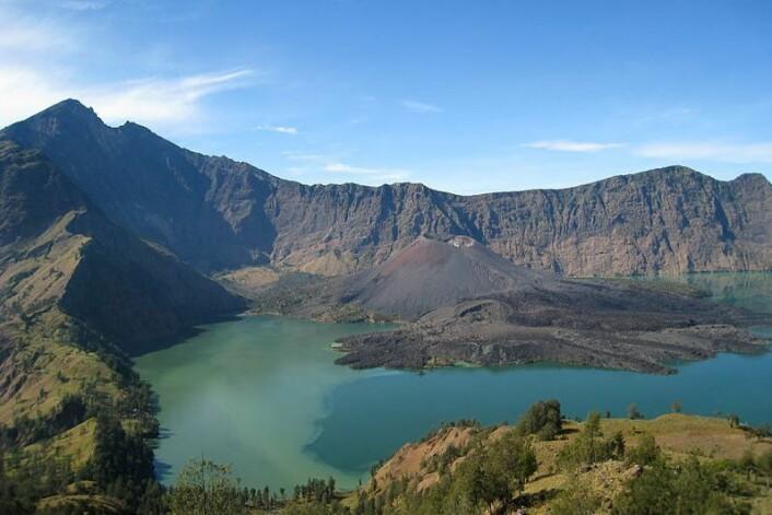 Utbruddet i 1257 danna det som i dag er kjent som kratersjøen Segara Anak. (Foto: Petter Lindgren/Wikimedia commons)