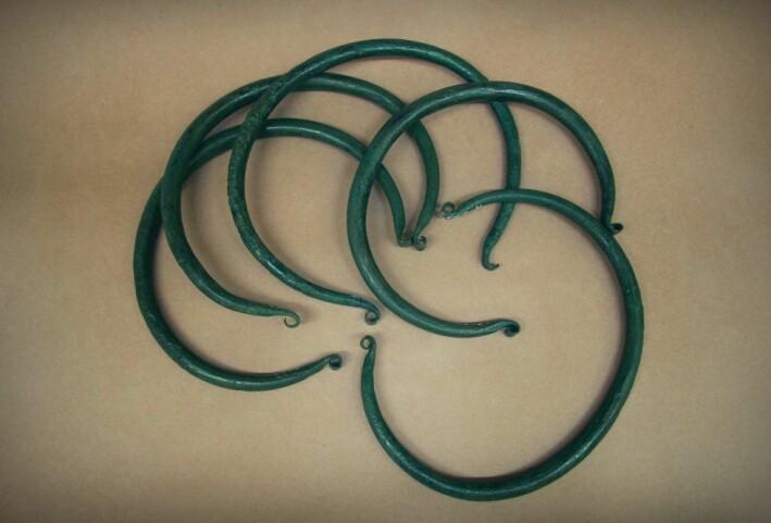 Slik ser bronse-ringene ut. Både ribbene og ringene har så lik vekt at de kjennes like ut når du veier dem med hendene.