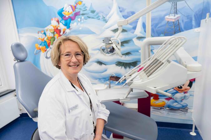 Anne Rønneberg har forsket på tannlegers bruk av anestesi og sedasjon når de skal legge fyllinger i munnen på barn.
