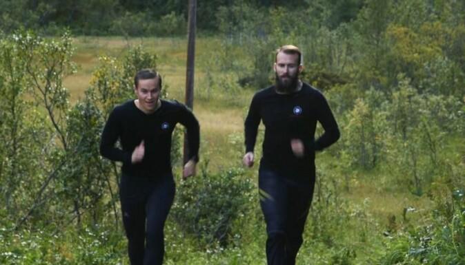 Stipendiat Sigurd Pedersen (t.h.) har laget et forskningsbasert og effektiv treningsprogram for hjemmetrening. Her er Pedersen selv på joggetur sammen med kollega Edvard Sagelv.