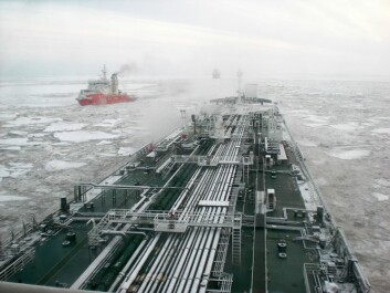 Dette tankskipet går i kolonne gjennom Nordøstpassasjen. På to år har trafikken her økt fra fire til førtito skip. Forskerne forventer at trafikken vil øke betydelig i tida framover. Det krever nye systemer for beredskap. (Foto: Aker Solutions)
