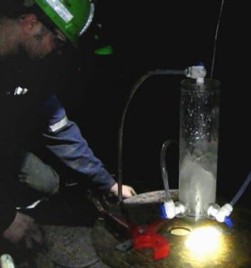 Forskerne fra universitetene i Manchester og Toronto samler opp vann 2,4 kilometers dyp i Timmins-gruven i Ontario i Canada. (Foto: Fra video av L. Li)