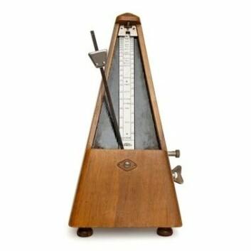 En metronom kalles også ofte taktmåler eller tempomåler, og brukes til å angi tempo som et musikkstykke skal spilles i. (Foto: Colourbox)