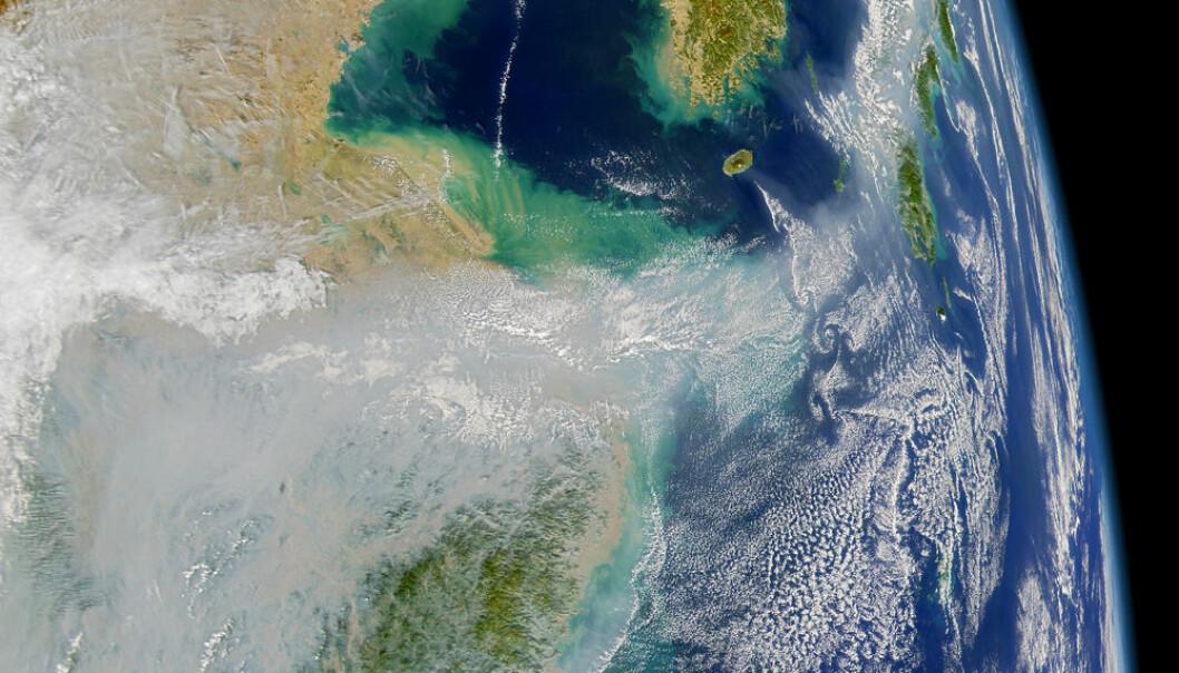 Satellittbildet viser hvordan forurensningen fra Asia blåser ut over Stillehavet. US NASA SeaWiFT project