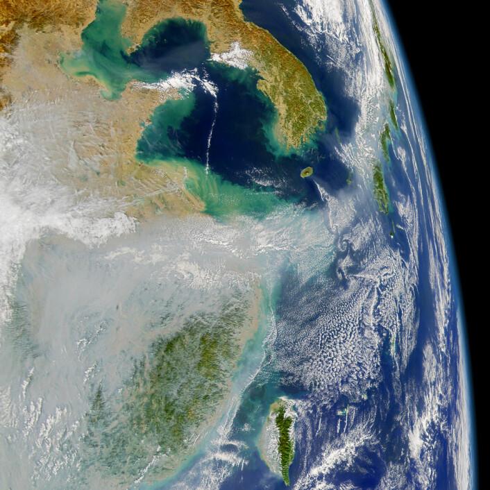 Satellittbildet viser hvordan forurensningen fra Asia blåser ut over Stillehavet. (Foto: US NASA SeaWiFT project)