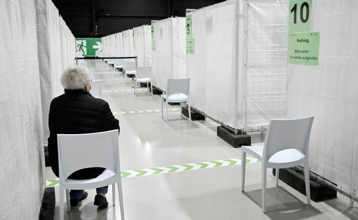 En eldre kvinne venter på å få korona-vaksinen i Tyskland, 22. januar 2021.
