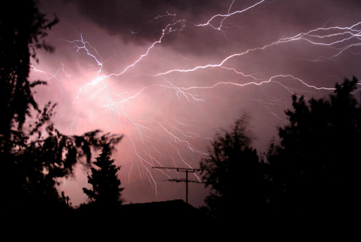 Når solen går ned og temperaturen faller, øker faren for tordenvær. (Foto: Colourbox)