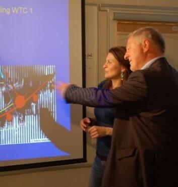 Christian J. Simensen setter NRKs Hanne Kari Fossum inn i teorien sin om kollapsen til tvilling-tårnene. (Foto: Sintef/ Svein Tønseth)