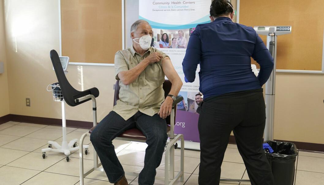 Washingtons guvernør Jay Inslee mottok første stikk av Moderna-vaksinen fredag denne uken.