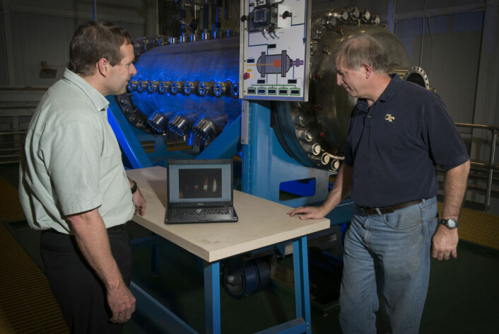 Mike Houts (t.v), prosjektleder for kjernefysiske framdriftssystemer ved Marshall Space Flight Center, diskuterer utprøvingen med Bill Emrich, som leder Nuclear Thermal Rocket Element Environmental Simulator (NTREES). (Foto: MSFC/Fred Deaton)