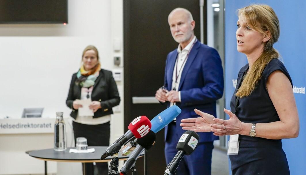 Avdelingsdirektør Line Vold i Folkehelseinstituttet og helsedirektør Bjørn Guldvog gir informasjon til befolkningen hjemme i stuene, etter at det er oppdaget utbrudd av den britiske mutasjonen av koronaviruset i Nordre Follo kommune.
