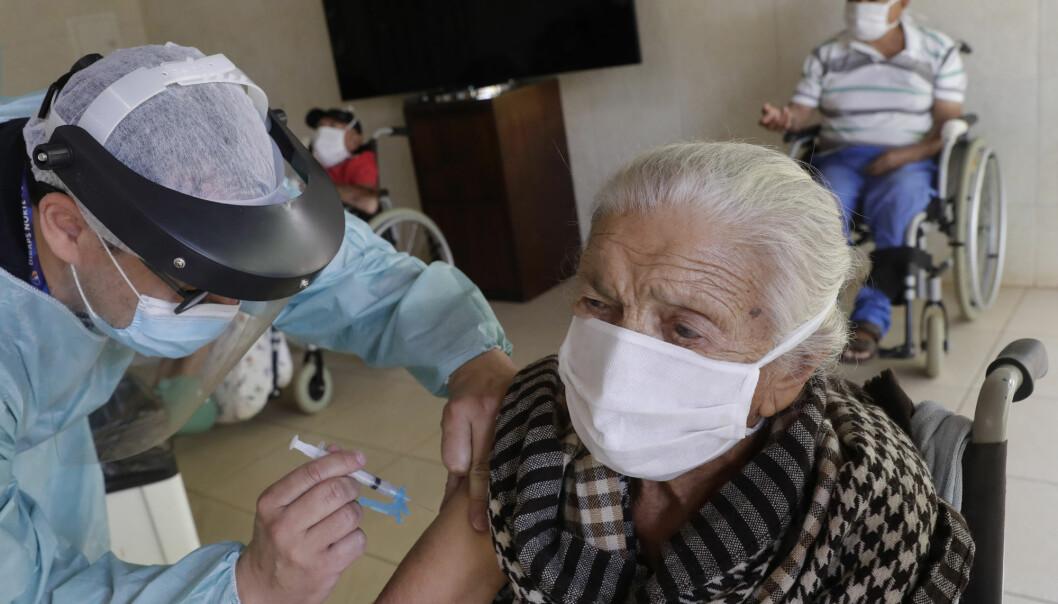 Flere land, blant dem Norge, ber nå leger vurdere helsetilstanden til eldre og skrøpelige nøye før de får koronavaksine.