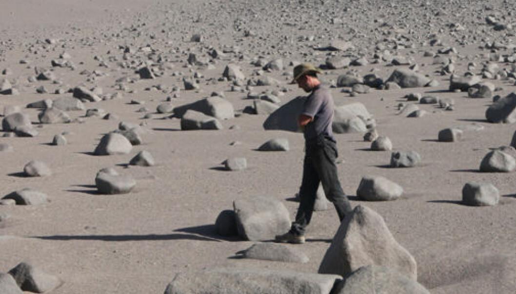 Jay Quade blant de underlige kampesteinene i Atacamaørkenen. Jay Quade
