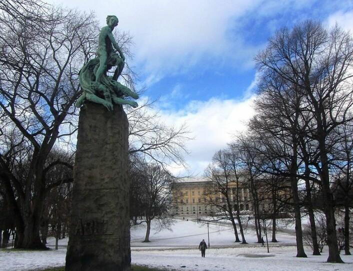 Vigelands Abelmonument, slik det står i dag i slottsparken. (Foto: Stig Rune Pedersen/ Wikimedia Commons)