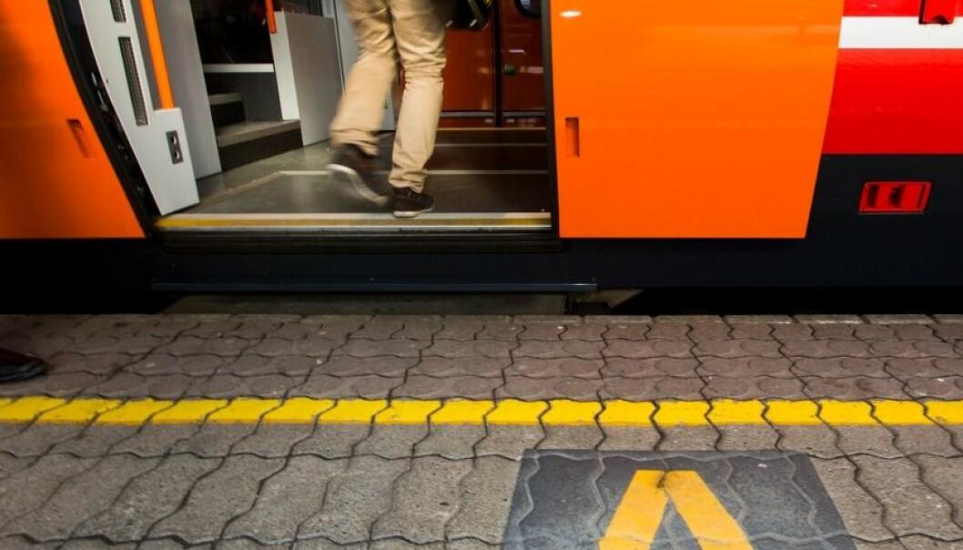 Jernbaneverket og NSB logger hver dag mengder av data fra trafikk og tog, og forskerne har brukt dataene til å skape en mer detaljert forståelse av hva som skjer. Et av tiltakene er merking og skilt på plattformer i Østlandsområdet. SINTEF/Werner Juvik