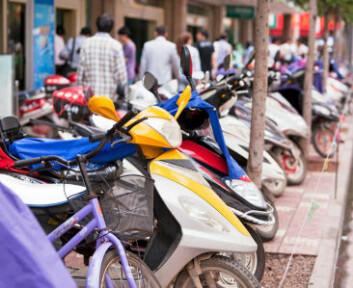 Elektriske motorsykler er populære i Kina. Disse forårsaker mye mindre utslipp per km enn både bensindrevne og elektriske biler. Disse syklene sto parkert på gata i Kunming. (Foto: iStockphoto)
