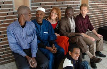 """Besøk fra Mali. Fra venstre: Professor Diakité, dekan Berthe, professor Holtedahl, amanuensis Keita og amanuensis Arntsen. Foran: student Adamou Ahmadou."""