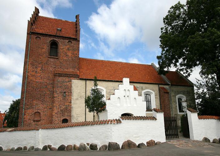 Skt. Jørgensbjerg Kirke i Roskilde ble oppført i 1080. Kanskje var det engelske byggmestere som gjorde jobben. (Foto: Ib Rasmussen/Wikipedia Commons)